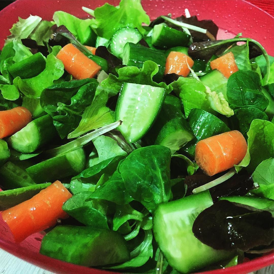 Avui sopant sa! Amanida verda #enciam #cogombre #pastanaga #lettuce #cucumber #carrot #salad #dinner #vegan #veganfoodporn #food #foodporn #vegetarian