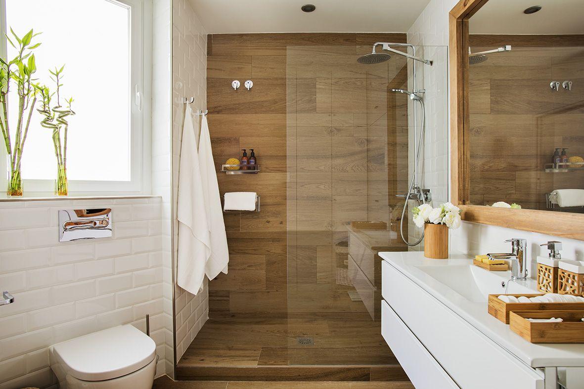 Cuarto de baño en blanco y madera. | Baño gris y blanco ...
