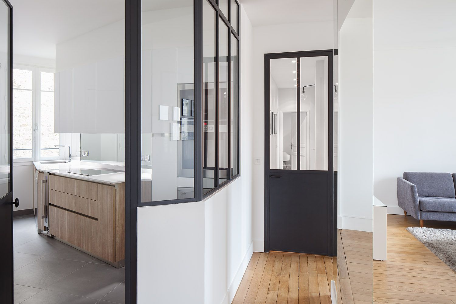 cuisine sobre avec verri re dans le 16e arrondissement de paris r nov e par l 39 architecte d. Black Bedroom Furniture Sets. Home Design Ideas