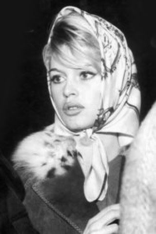 Brigitte Bardot. Kopftücher gelten als chique  und modisch, Vielleicht ist die aktuelle Zurückhaltung eher eine Folge der Assoziation mit muslimischer Unterdrückung der Frau?