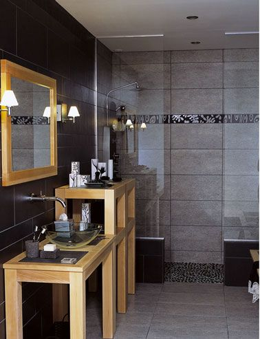Salle de bain noir et blanc c 39 est la tendance d co for Carrelage salle de bain gris et bois