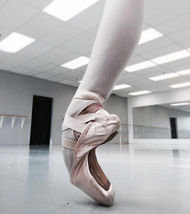 Pin By Elizabeth Samberg On Dance Ballet Feet Pointe Shoes Ballet Photos