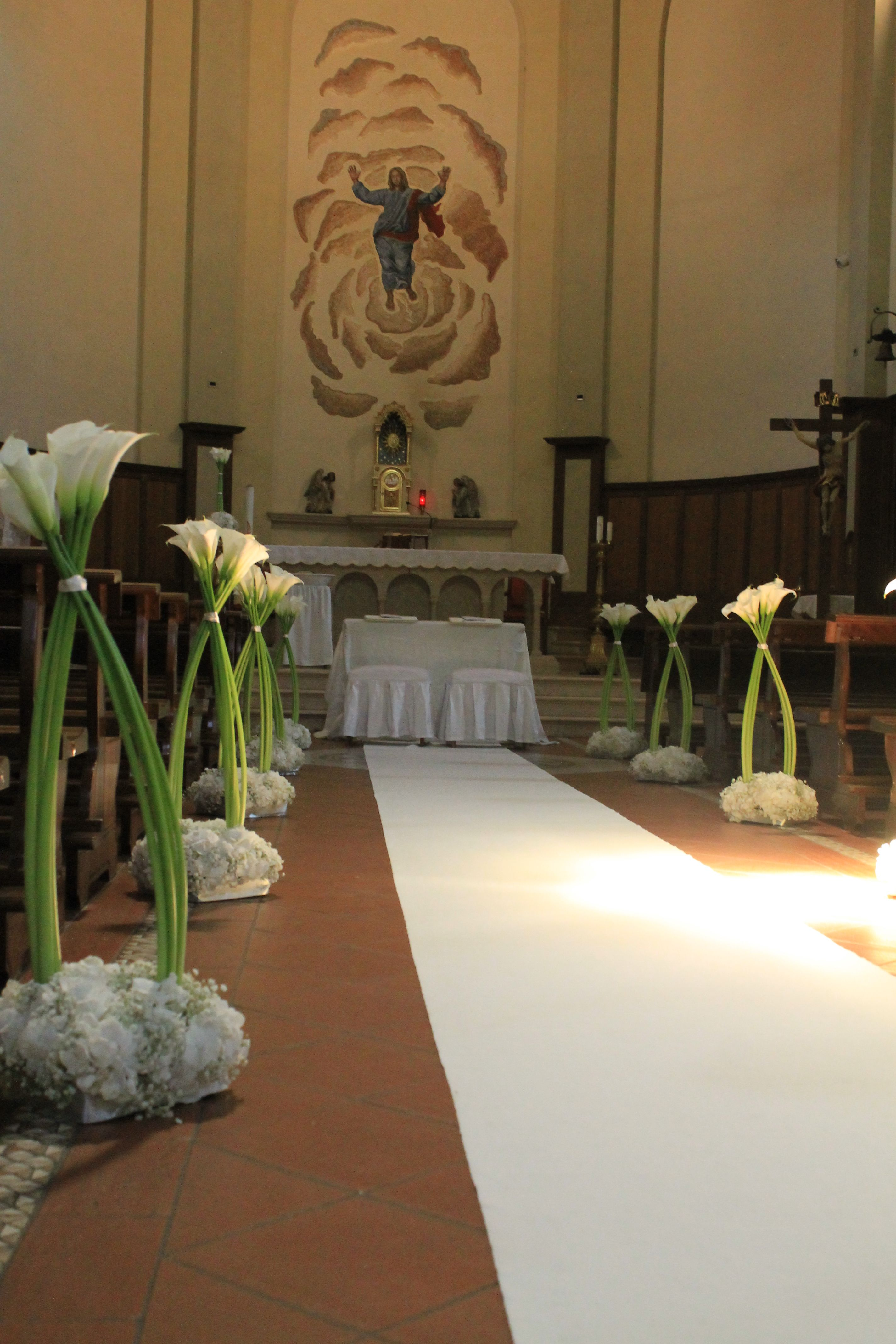 fiori panche chiesa Cerca con Google A beautiful and clever way to attach flowers to pews incorporating the ribbon used in the final display