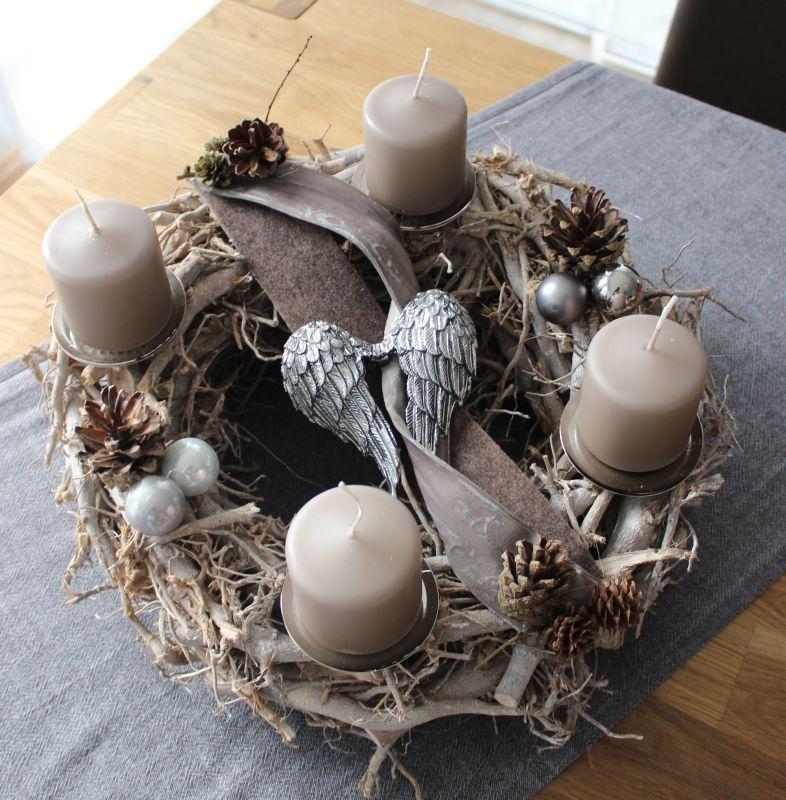 adventskranz aus gekalktem rebenkranz dekoriert mit nat rlichen materialien kugeln. Black Bedroom Furniture Sets. Home Design Ideas