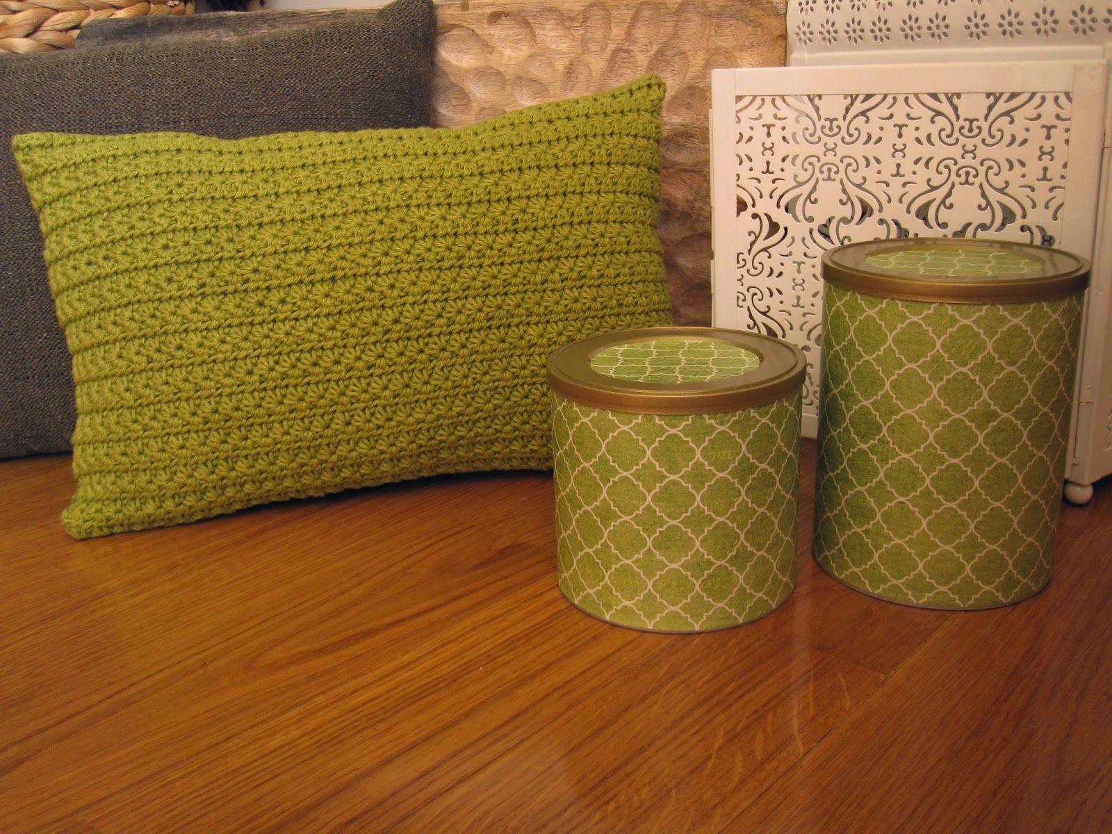 Novidade: Almofada em crochet, não ficou linda? ;) e claro caixas recicladas a condizer.