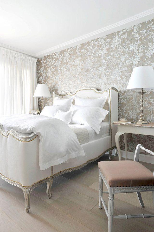 schlafzimmer gold weiß florale tapete heller holzboden | chambre a, Innenarchitektur ideen