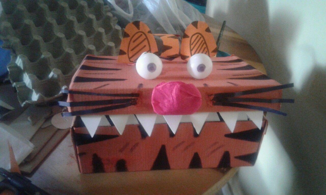 Tigre con caja de zapatos
