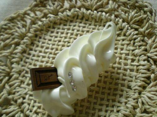 Q-pot Chocolate whipped cream brooch