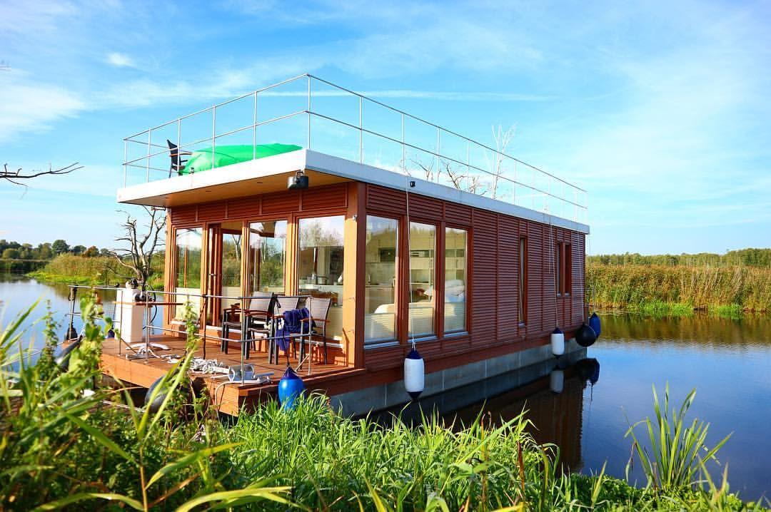 Mit Hausboot Oder Floss In Der Natur Der Mecklenburgischeseenplatte Chillen Chillfaktor Garantiert Mvnow Hausboot Strandhauser Urlaub