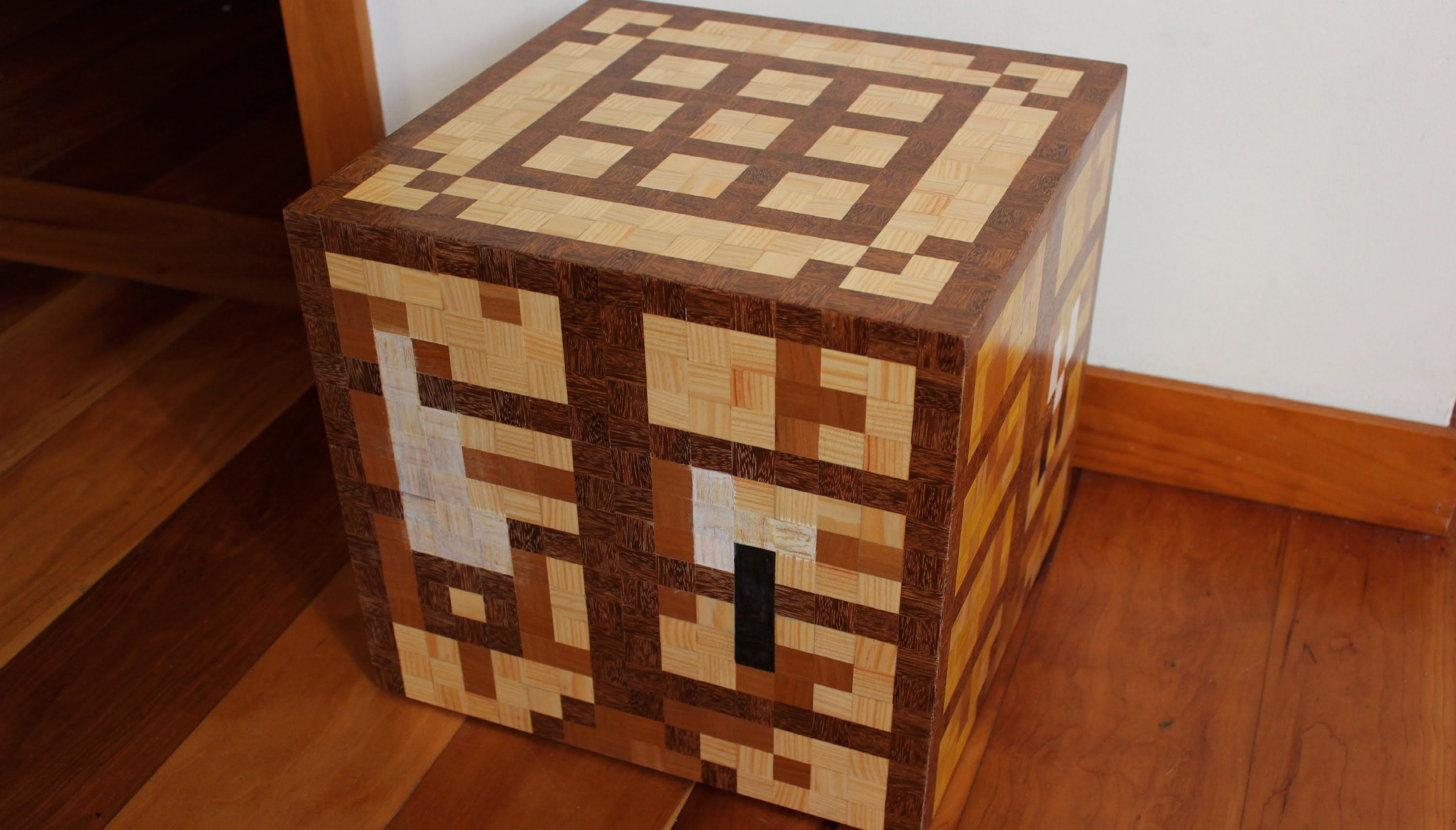 Building a minecraft crafting table as the original in the for Minecraft carpentry bench