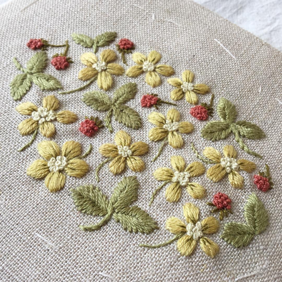 「へびいちご」という名前を初めて聞いた時、魔女が毒薬を作る鍋に入っていそうだな、と思いました。 その名前を教えてくれたお友達って誰だったろ?とても大人に見えたのを覚えています。 #へびいちご #へびいちご刺しゅう #手刺繍 #ハンドメイド #刺繍 #刺繍教室 #embroidery #needlework #がま口 #刺繍がま口 #floralembroidery