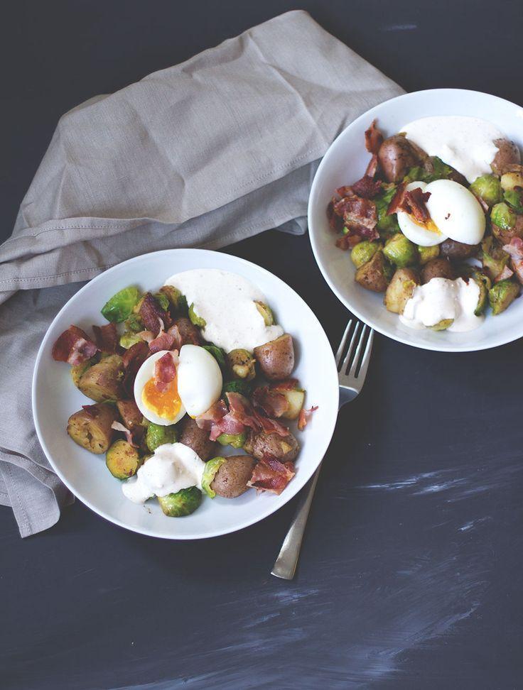 Rezept für Rosenkohl-Kartoffel-Pfanne mit knusprigem Bacon, wachsweichem Ei und Knoblauch-Schmand