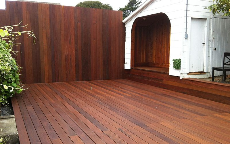 Terraza forrada con madera de ip en suelo y pared - Suelo terraza madera ...