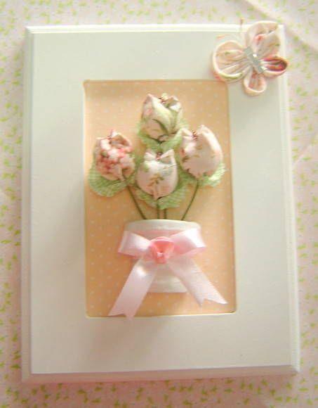 Um charme para o quarto do bebê, com a delicadeza das tulipas em tecido de cores claras.  Conjunto com 2 quadros com aplique de vasos com tulipas em tecido.  Aceitamos encomendas de outras cores.