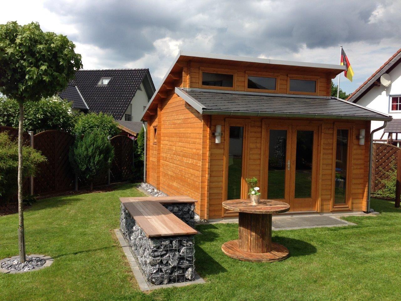 Lasiertes Pultdach Gartenhaus im Garten. Das Highlight