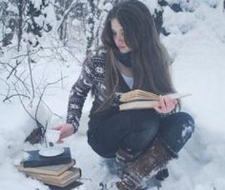 Non nevica ma ultimamente il freddo è simile e mi sento così  Quanti vorrebbero un bel sole per uscire a leggere al calduccio?  #leggereègioia #leggereovunque  #profumodilibri #voglioleggereditutto #semprelibri #leggeresempre #reading #leggere #leggo #libro #libri #library #libreria #book #books #loveread #amorelibri #beauty #viaggiatricepigra