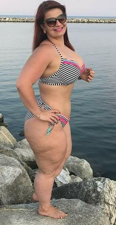 Mexikanische Milf, die auf Bikini versucht