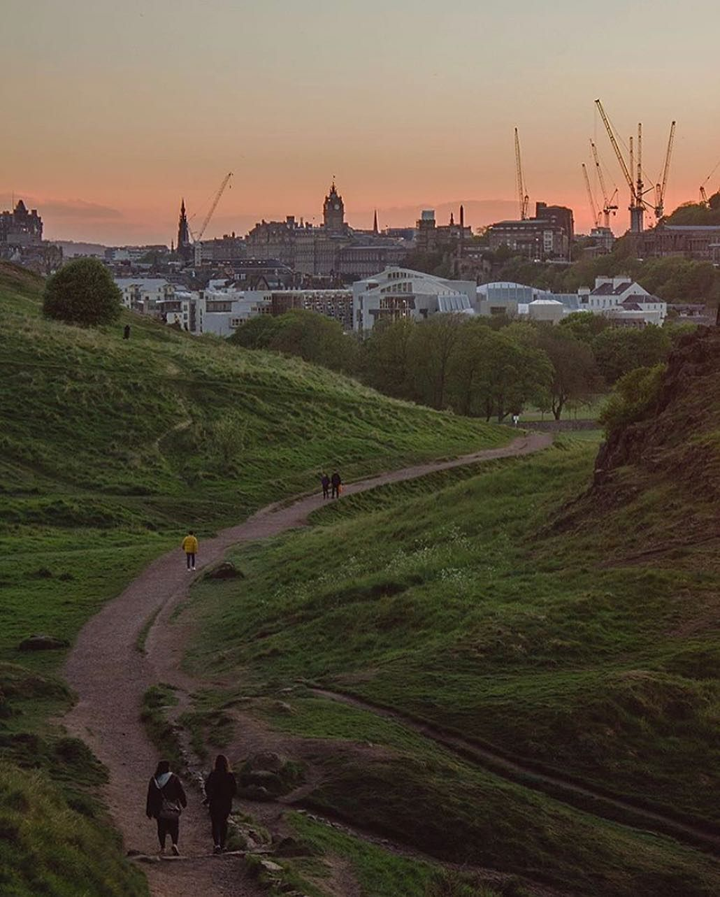 Our #edinphoto of the week is this beautiful shot of the city from Holyrood Park taken by @mariarosacavallo 😍  Have a lovely weekend all!…