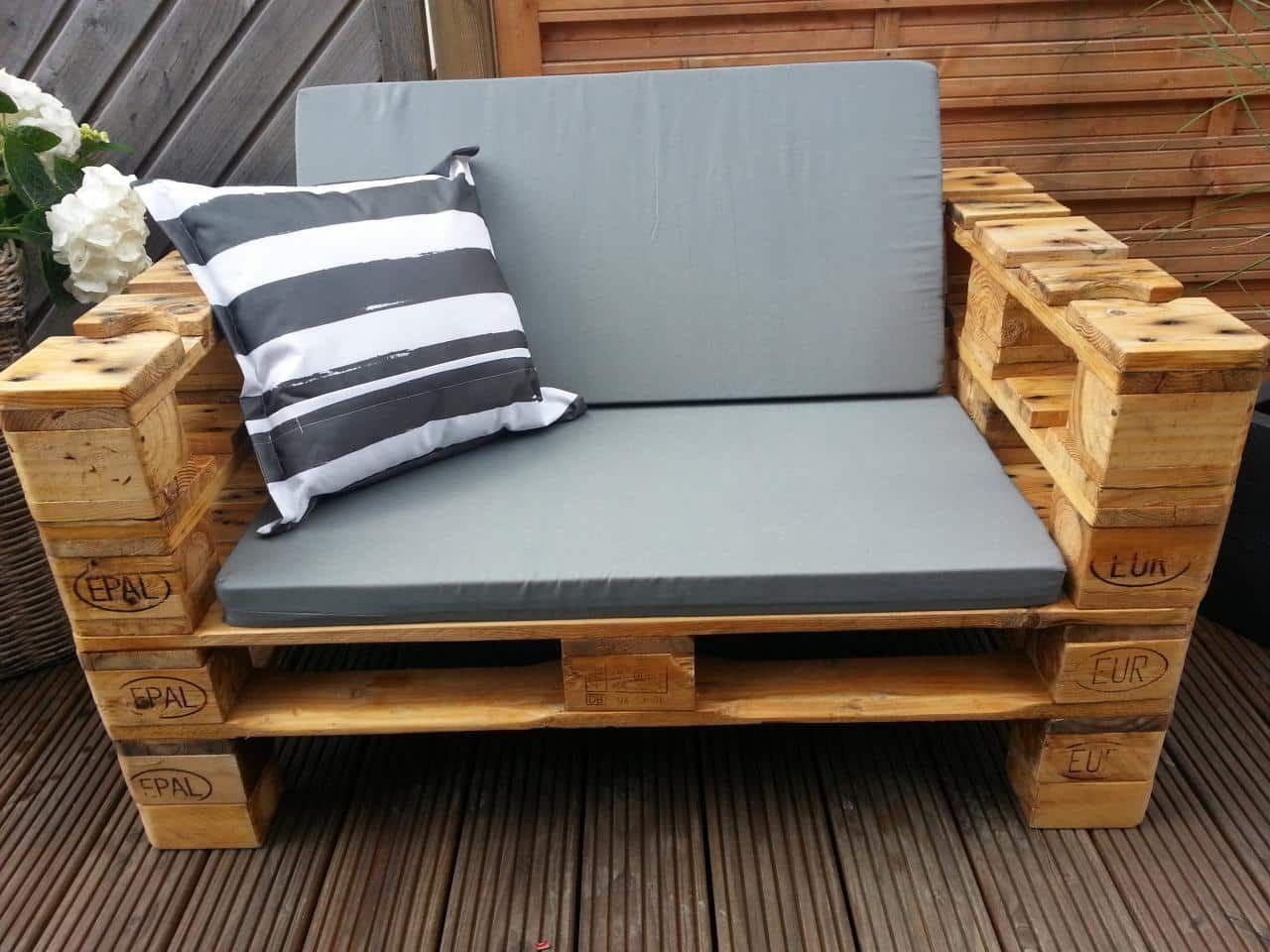 un sof barato moderno y elegante este sof hecho de palets y con un acabado gris azulado es perfecto para un porche o terraza ms - Sofas De Palets