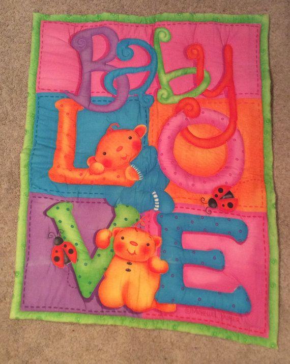 Mantita hecha a mano, para bebes. Se puede usar como decoracion en la cuna o para poner en el suelo para jugar.