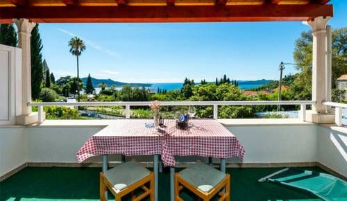 Haus Sonne Trsteno These Mediterranean style apartments are surrounded by a peaceful garden, 500 metres from the Adriatic Sea. Each air-conditioned apartment features satellite TV, free Wi-Fi and a furnished terrace.