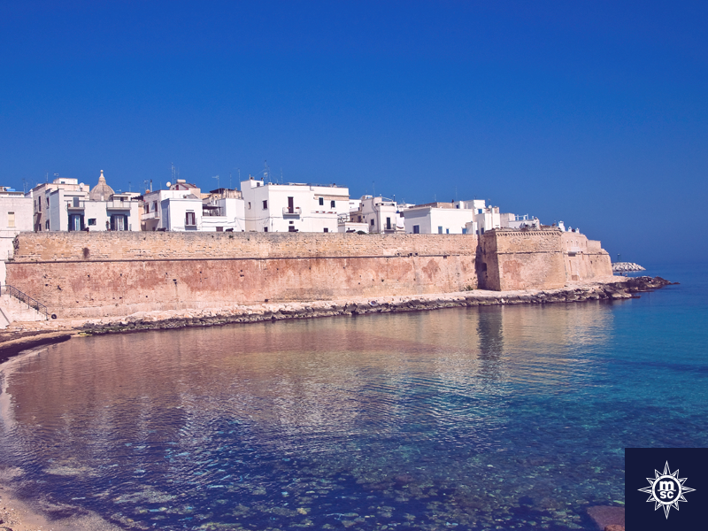 Bekijk de historische straatjes van Bari en maak een aangename wandeling langs de oude stadsmuren met uitzicht op zee. Een must see wanneer je de prachtige steden van de Adriatische kust aan het verkennen bent! #MSCMagnifica