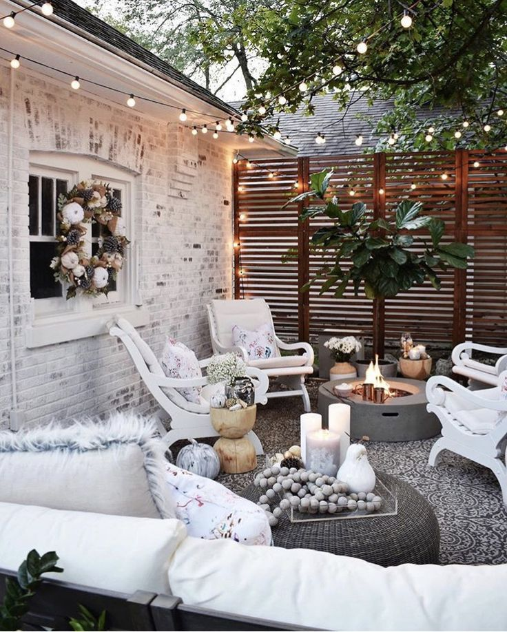 Love the fence! Great for privacy while still letting air flow through. -   24 outdoor decor patio ideas