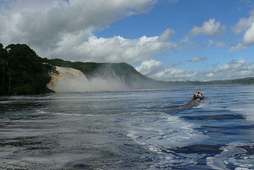 Una playa en una laguna rojiza con siete cascadas, en Venezuela - 101 Lugares increíbles