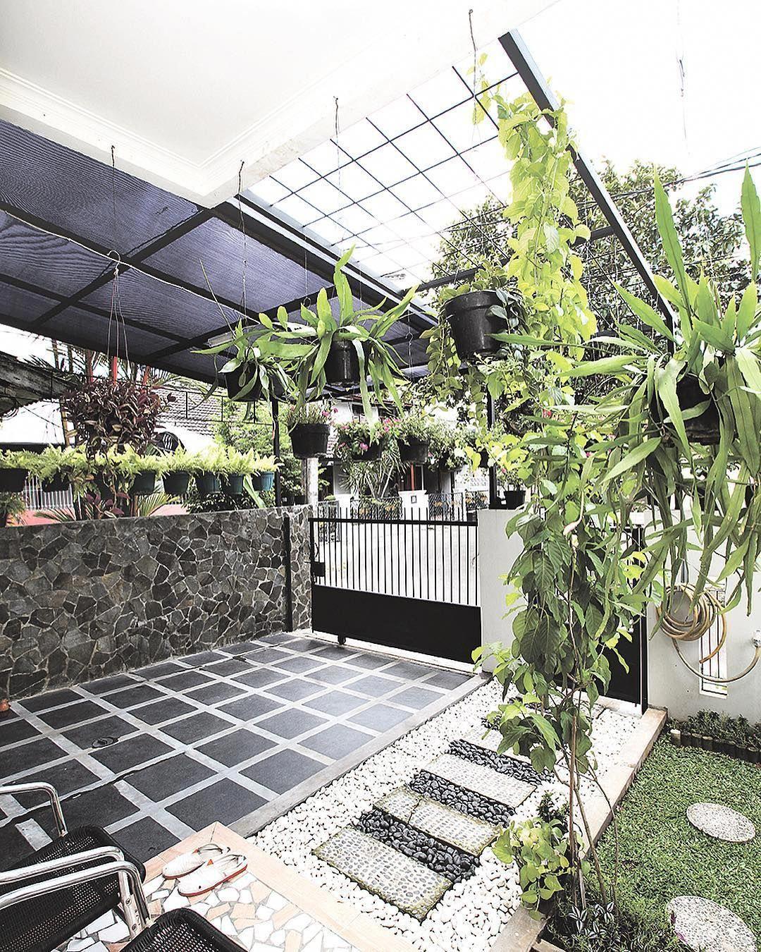 Hiasi carport dengan tanaman gantung agar tampilannya tak