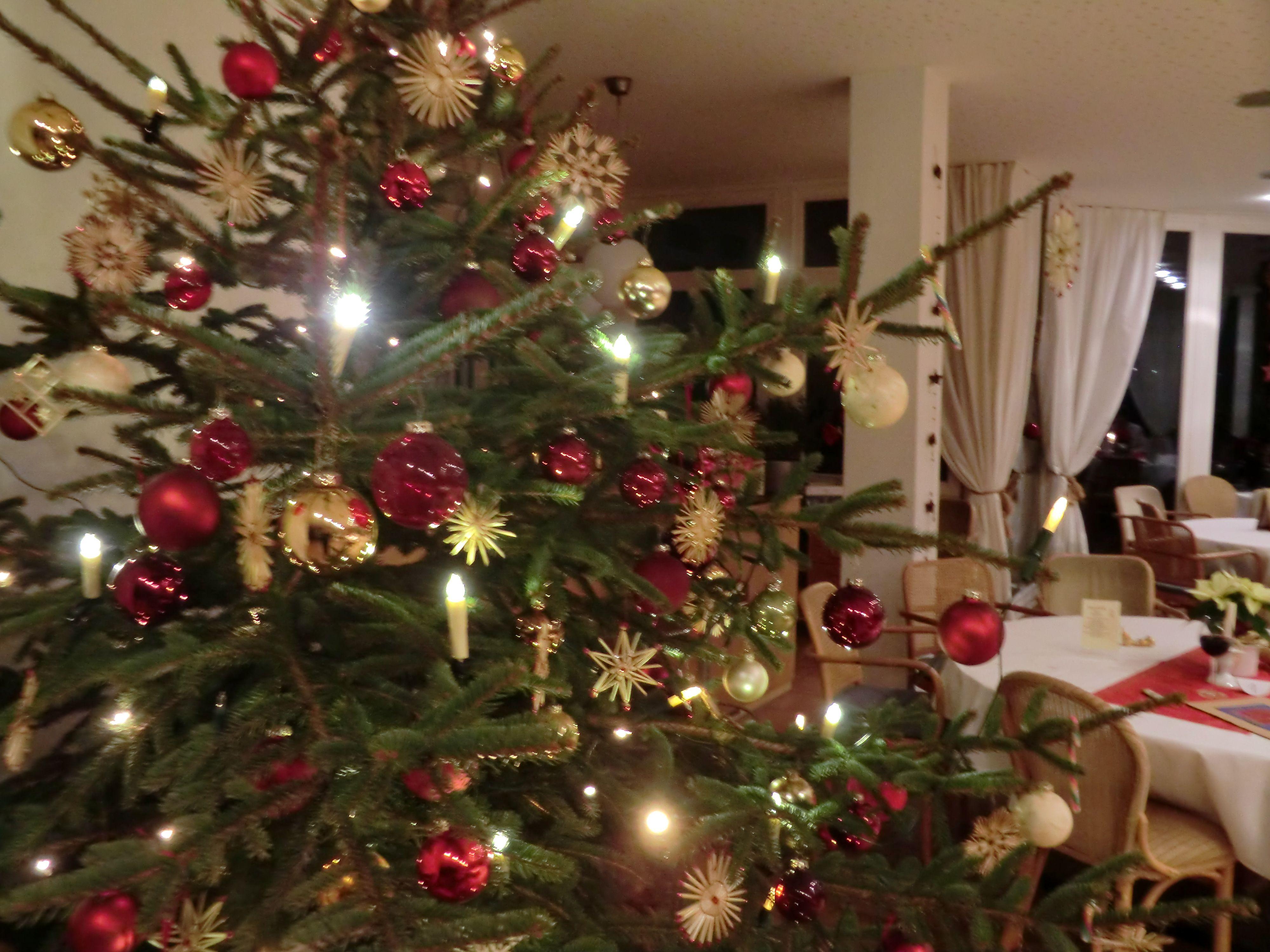 Weihnachtsfeiern, Weihnachtsessen im SONNENHOF***, Hotel-Restaurant. Buchen Sie auch Ihren Tisch für die Weihnachts-Festtage! info@hotelsonnenhof.com www.HotelSonnenhof.com LÜGDE