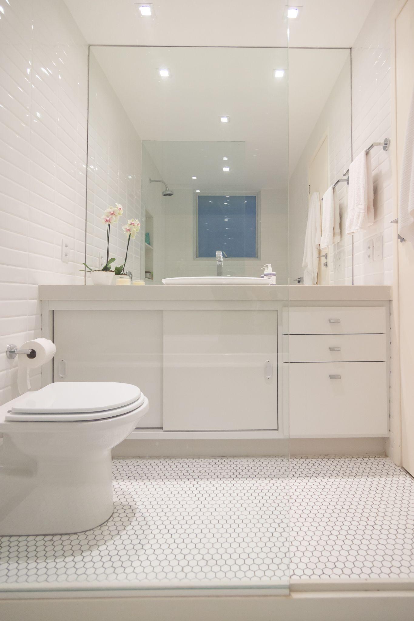 Banheiro todo branco, com estilo retrô! Piso com formato ...