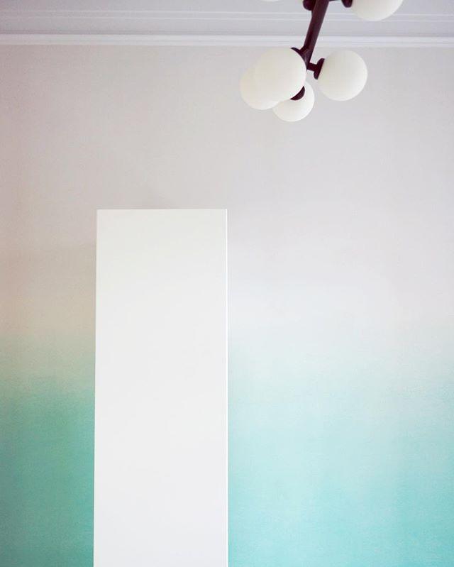 Дизайн воздействует на весь спектр эмоций. Чувствуя это, мы создаём чистые, но живые пространства, пропитанные природной нежностью.  #oneoverone_design #oneoverone_artburo #oneoverone_buro #design #details #light #artburo #architecture #design #furniture #furniture_byoneoverone# #moscow