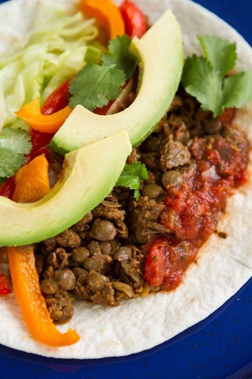 Heerlijke vegetarische fajitas.  Het linzen-walnotenmengsel kan - anders gekruid - ook dienen als basis voor vega lasagna.