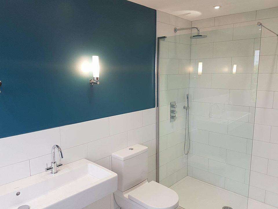 Beautiful Bathroom In London Dark Blue Accent Wall Bathroom Accentwall Bathroomdesign Modernbathroom Bathroom Renovations Bathroom Design Small Bathroom