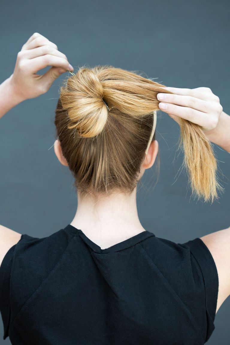 Hair Styles You Can Do in Literally 10 Seconds Wrap the length of yourpony into a bun, twisting as you go, and secure with an elastic band or bobby pins.Wrap the length of yourpony into a bun, twisting as you go, and secure with an elastic band or bobby pins.