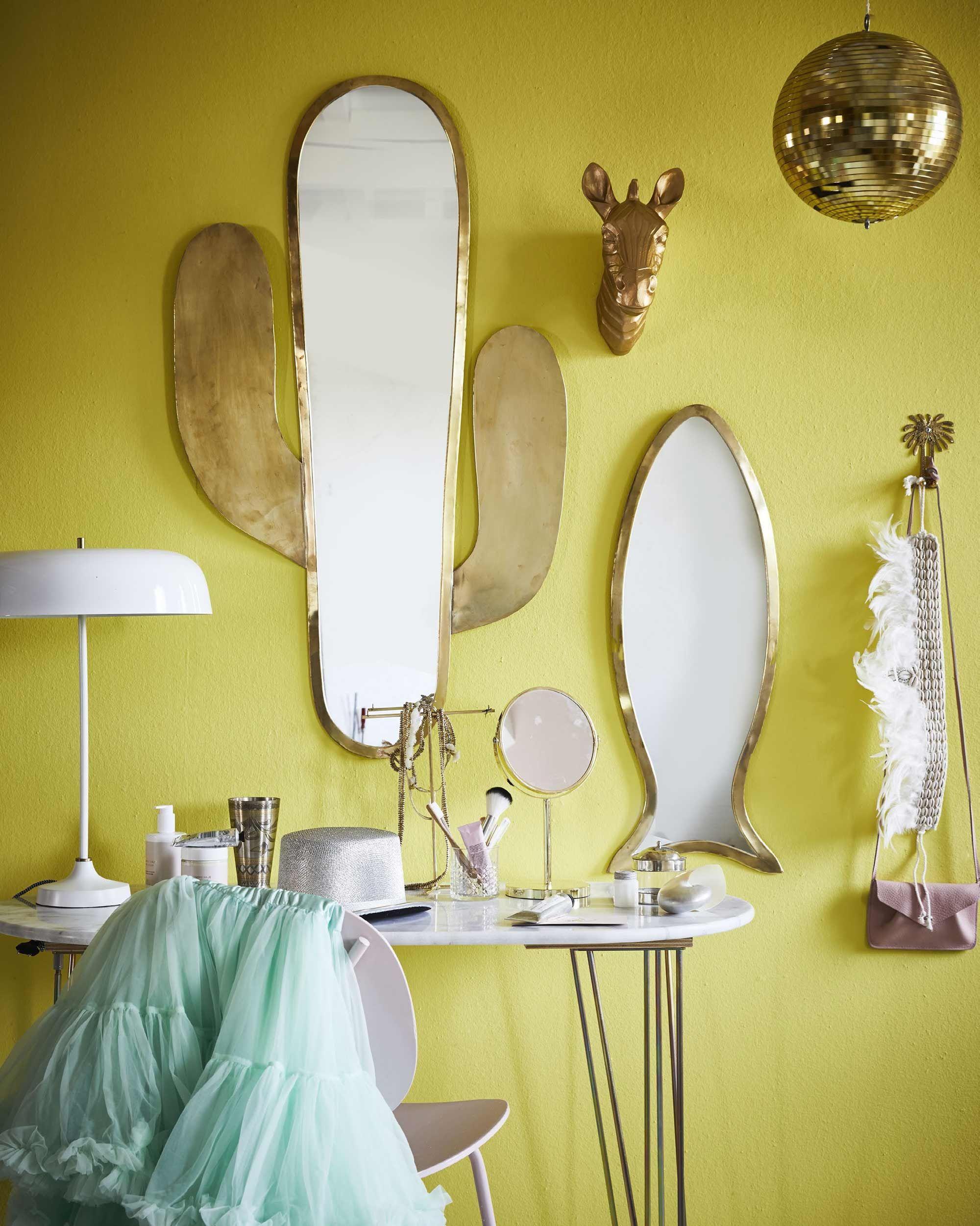 Gouden spiegelwand en gele muur slaapkamer | Golden mirrors on ...