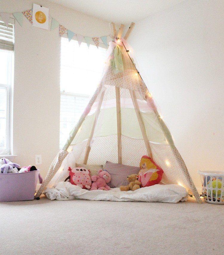 Spielzelt im Kinderzimmer mit Licherketten