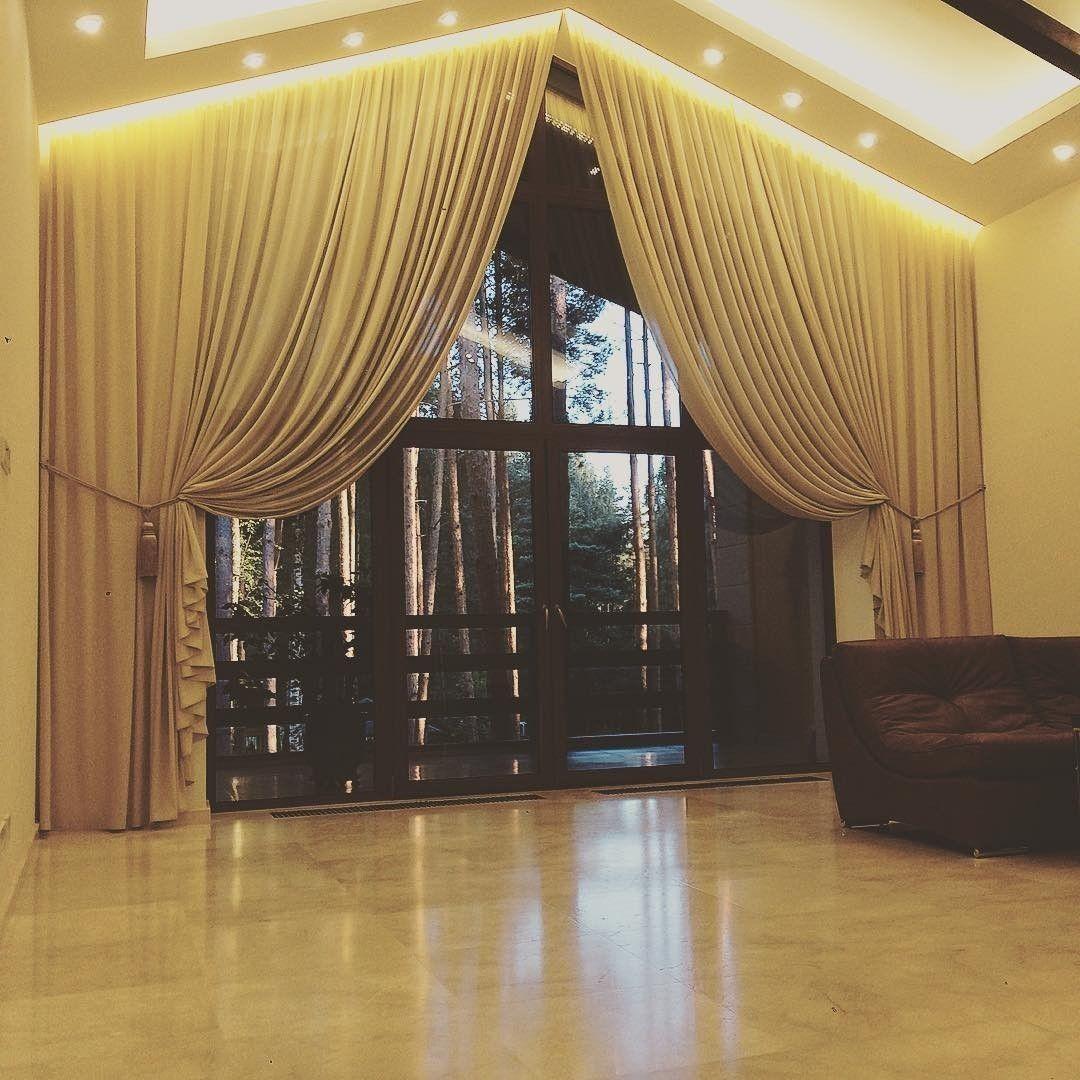 мансардное #окно в частном доме дизайнер @zuevanatalia73 декорировала нежным крепом из коллекции #Otello #Galleria_Arben #шторы #декорокна