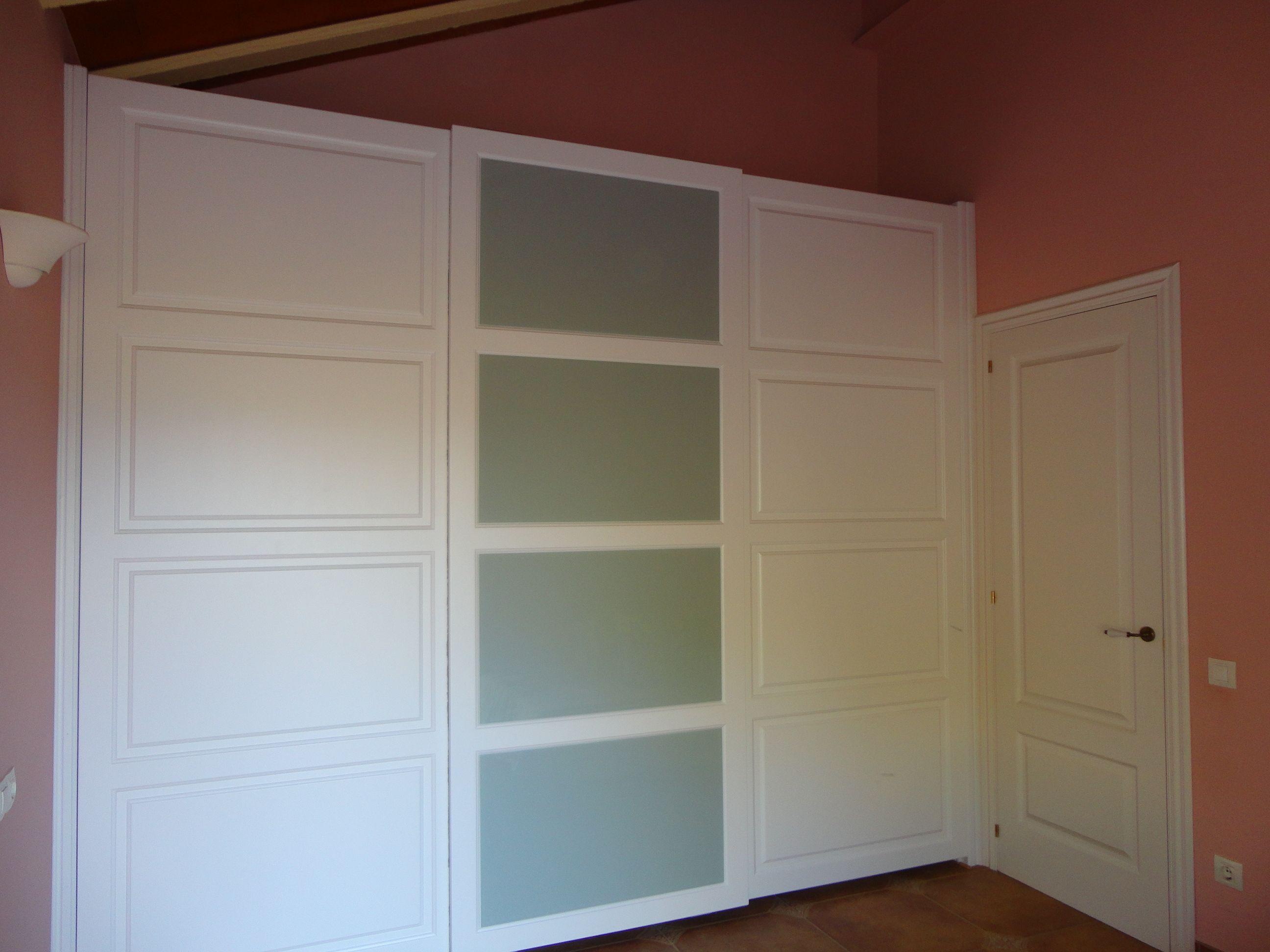 Armario corredero de guia oculta con puertas en plafon for Armarios empotrados puertas correderas blanco