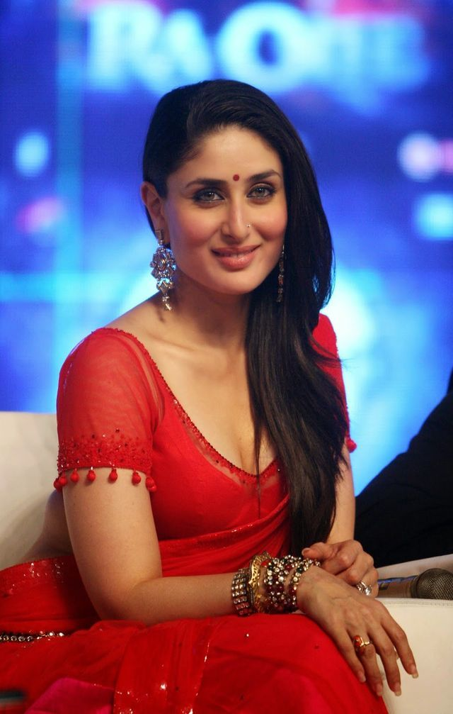 Kareena Kapoor Super Sexy Skin Show In Red Saree At Film ...