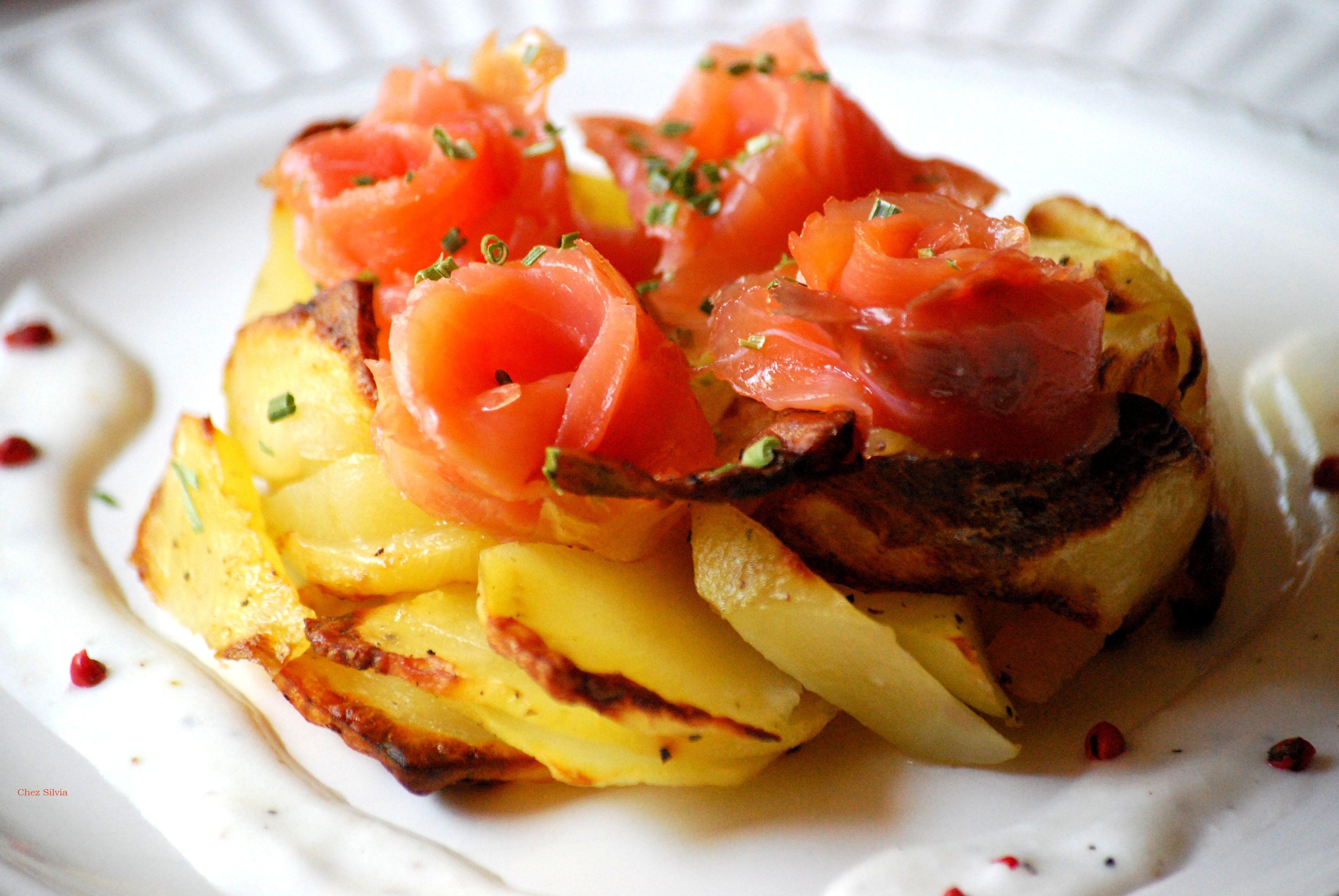 Ensalada de patata y rosas de salmón ahumado con salsa de yogur