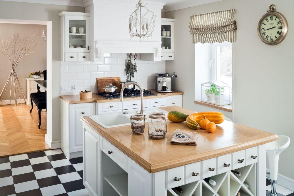 Biala Kuchnia Podobnie Jak Cale Mieszkanie Nawiazuje Do Stylu Wiejskiego W Kuchni Jednak Dominuje Angielsk Home Kitchens Best Kitchen Designs Kitchen Design