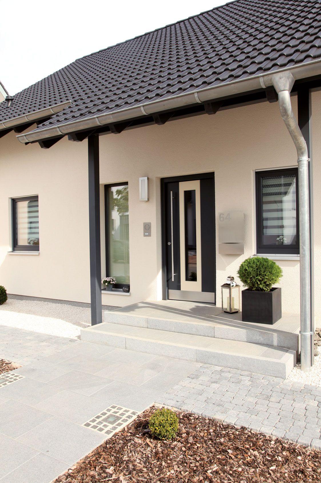 hauseingang mit dunkler haust r und dunklen s ulen einfamilienhaus traumhaus f r zwei vio. Black Bedroom Furniture Sets. Home Design Ideas