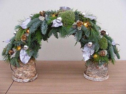 boog op berken potjes met verlichting mos bolmosjes en kersttakken gedecoreers met balletjes en