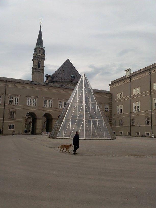 Piramide e cane
