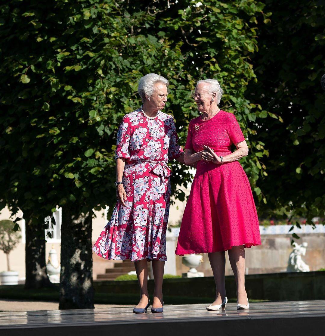 Det Danske Kongehus On Instagram Ved Et Musikalsk Arrangement I Fredensborg Slotshave Overrakte H M Dronningen Og H K H Pri