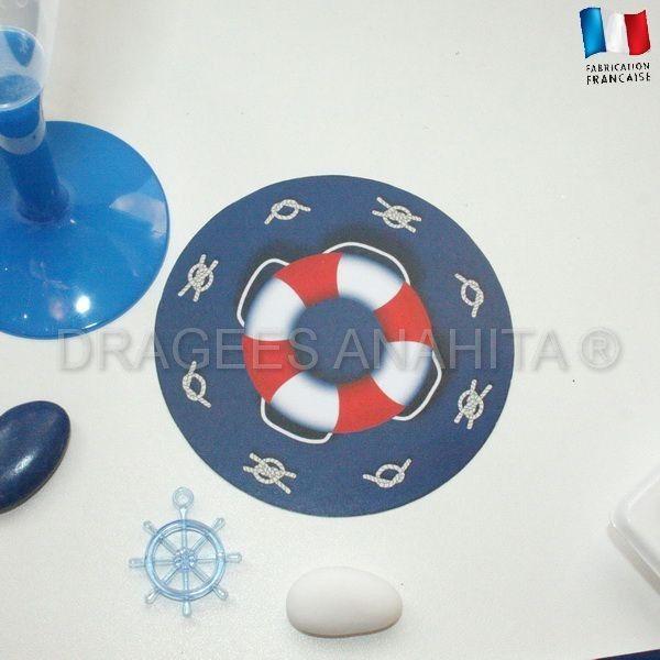 Un dessous de verre sur le même thème marin que le set de table ou encore le rond de serviette.