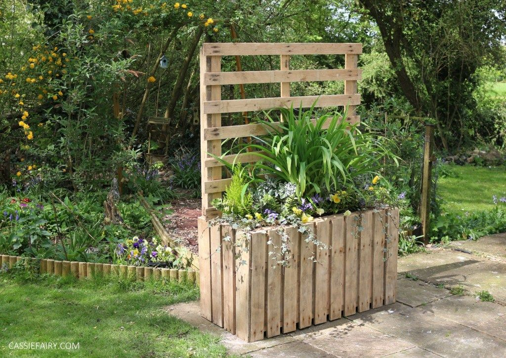 Garden DIY: Upcycled pallet planter & patio privacy screen ...