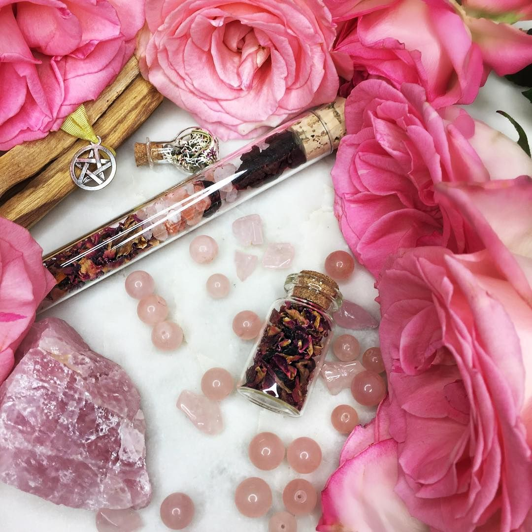 arcanealchemy Rose quartz 🌸is a stone of love 💕and beauty 👄. It carries a soft feminine energy that helps with compassion and comfort. These items are from my lovely friends at @midsummerchildshop