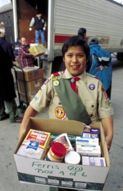 Trabajo como un boy scout para ayudar a personas necesitadas.